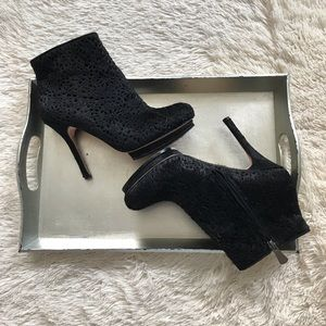 BCBGMAXAZRIA | VEN PONY HAIR ANKLE BOOTIES BLK 8